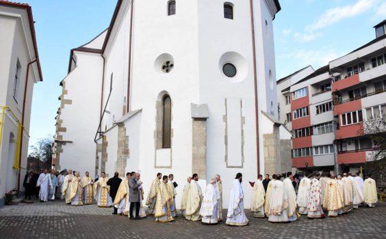 Biserica de la Coroana, resfinţită de trei ierarhi.